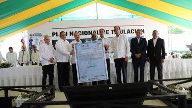 Photo of Danilo Medina entrega títulos en Monte Plata
