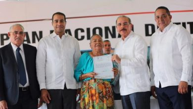 Photo of Danilo Medina entrega 1,591 Títulos Definitivos a familias de Valverde y Montecristi