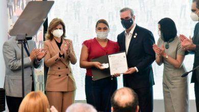 Photo of Luis Abinader entrega acreditación a afiliada número dos millones del Senasa