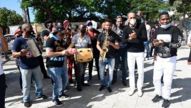 Photo of Artistas protestan frente a Palacio Nacional; dicen dinero fue repartido por amiguismo
